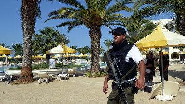 Сотрудник полиции на пляже в Тунисе. Архивное фото.