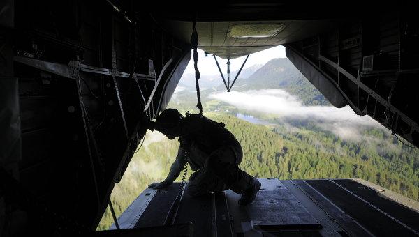 Военный внутри вертолета вооруженных сил Германии. Архивное фото