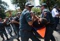 Полиция задерживает участников акции протеста против повышения тарифов на электроэнергию в Ереване