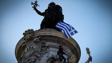 Человек с греческим флагом на площади Синтагма в Афинах. Архивное фото