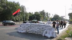 Бойцы Правого сектора поставили стену из мешков с песком на въезде в Киев