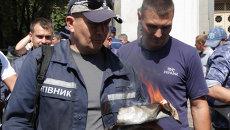 Киевские пожарные поджигали собственную униформу на акции протеста у Рады