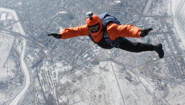 Прыжок парашютиста, архивное фото