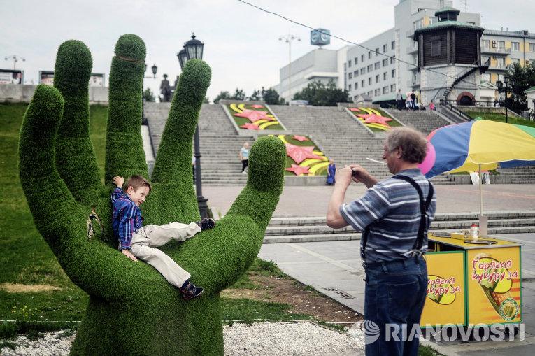 Мужчина с ребенком фотографируются в центре Екатеринбурга