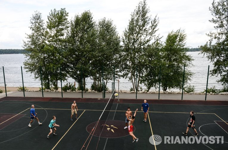 Жители Самары играют в волейбол на набережной