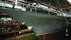 Рабочие Амурского судостроительного завода и экипаж судна во время спуска на воду корвета проекта 20380. Архивное фото