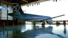 Авиалайнер Сухой Суперджет-100 на авиазаводе. Архивное фото