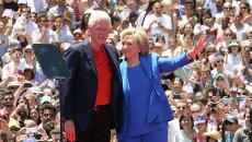 Билл и Хиллари Клинтон во время предвыборной компании 2015