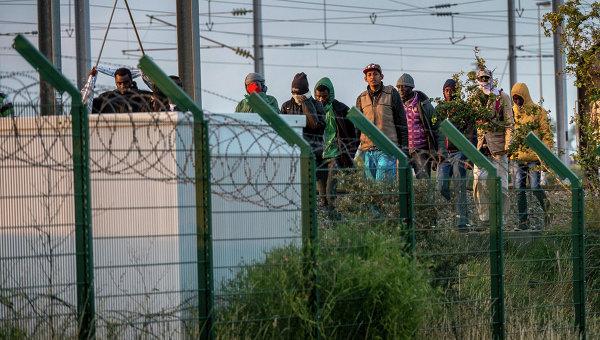 Мигранты возле терминала Евротуннеля во французском городе Кале. Архивное фото
