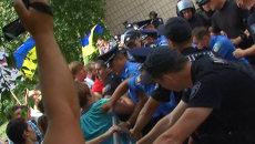 """Противники Кернеса с криками """"Позор"""" пытались пробиться на суд по его делу"""