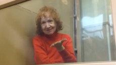 Подозреваемая в убийстве пенсионерка послала воздушный поцелуй в суде