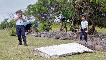 Полицейские осматривают обломки самолета, найденные в Сен-Андре, Реюньон. Архивное фото