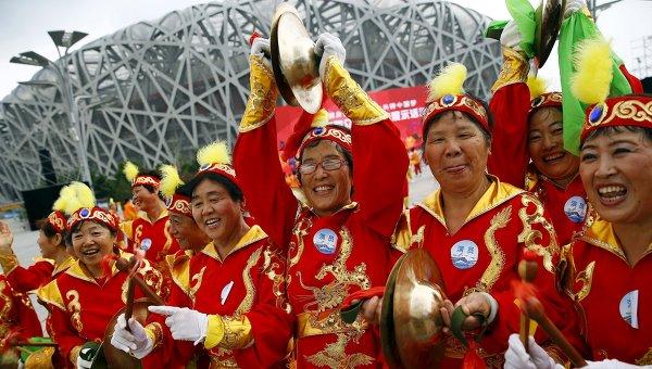 Китайцы у национального стадиона в Пекине