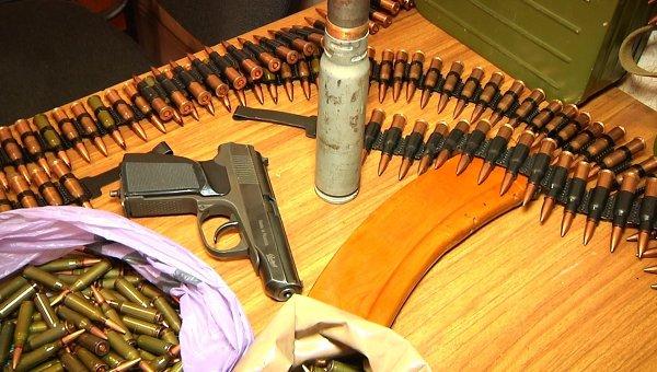 Врывчатые вещества и оружие, которые были добровольно сданы в ЛНР. Архивное фото