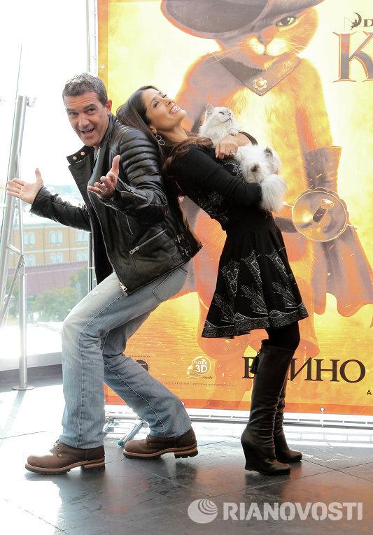 Актеры Сальма Хаек и Антонио Бандерас в отеле Ритц-Карлтон на фотоколле перед премьерой мультфильма Кот в сапогах 3D