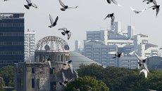 Голуби над единственным уцелевшим в Хиросиме здании после ядерной бомбардировки