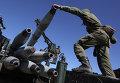 Военнослужащие во время погрузки учебных снарядов на учениях артиллерийских подразделений