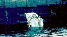 Поднятая на поверхность часть с эмблемой подводной лодки Курск. Архивное фото