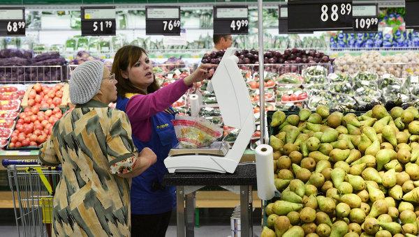 Покупатель в отделе овощей и фруктов. Архивное фото