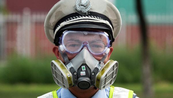 Полицейский на улице города Тяньцзинь, Китай, 15 августа 2015