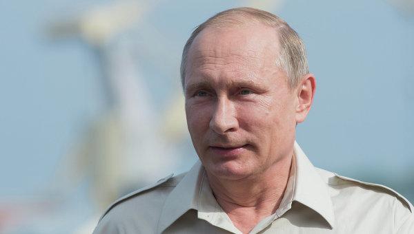 Президент России Владимир Путин беседует с журналистами после погружения на батискафе