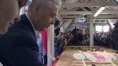 Собянин угостил детей гигантской шарлоткой на фестивале Московское варенье