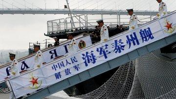 Военные моряки эсминца Тайчжоу, прибывшего в составе отряда из семи кораблей ВМС Китая для участия во втором этапе учений Морское взаимодействие - 2015