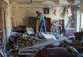 Жители Горловки в разрушенной квартире многоквартирного жилого дома на улице Кирова