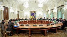 Президент Украины Петр Порошенко (в центре) проводит заседание Совета национальной безопасности и обороны (СНБО) Украины в Киеве. Архивное фото