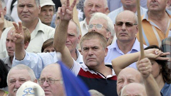 Участники антиправительственного митинга, организованного гражданской платформой  Достоинство и правда, в Кишиневе, Молдавия