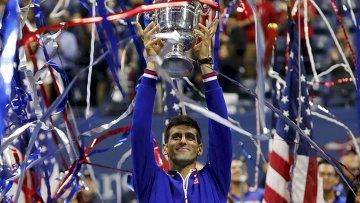 Сербский теннисист Новак Джокович празднует победу в турнире Большого Шлема