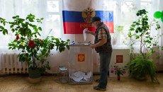 Житель села на избирательном участке. Архивное фото