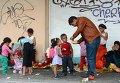 Беженцы с Ближнего Востока у входа в порт г. Митилини на греческом острове Лесбос