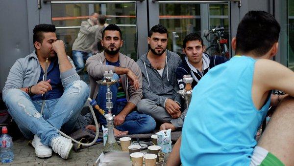 Беженцы с Ближнего Востока у выставочного центра в Гамбурге. Архивное фото