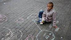 Ребенок из семьи беженцев в Европе. Архивное фото