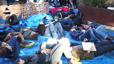 Митингующие в защиту мигрантов разыграли кораблекрушение у Европарламента
