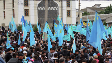 Крымские татары с флагами. Архивное фото
