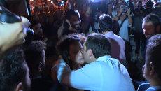 Ципрас обнимался с избирателями после победы СИРИЗА на парламентских выборах