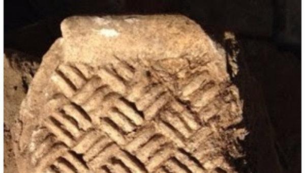 Фрагмент орнамента, найденного археологами на древнейшей улице столицы