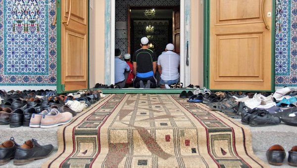 Мусульмане во время праздника Курбан-Байрам в Севастопольской соборной мечети Акъяр Джами в Крыму. Архив