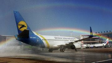 Самолет Боинг-737 авиакомпании Ukraine International в аэропорту Домодедово. Архивное фото