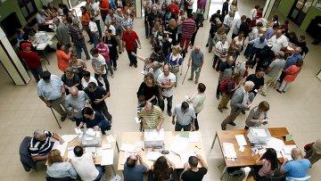 Голосование на избирательном участке в Барселоне в день парламентских выборов в Каталонии