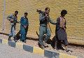 Афганские полицейские ведут захваченных в плен талибов в городе Герат. 29 сентября 2015