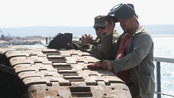 Рабочие на временном мосту для технических нужд, установленном перед началом строительства Керченского моста в окрестностях порта Тамань. Архивное фото