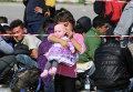 Девочка с куклой в австрийском городе Никкельсдорф на границе с Венгрией