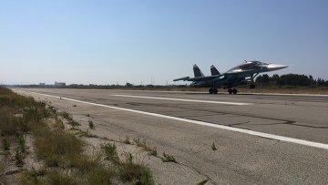 Российские самолеты садятся на аэродроме Хмеймим в Сирии после выполнения боевого задания