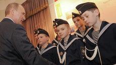 Президент РФ Владимир Путин общается с кадетами. Архивное фото