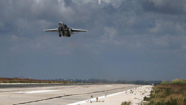Российский бомбардировщик Су-24 взлетает из аэропорта Латакии