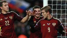 Игроки сборной России Артём Дзюба, Алан Дзагоев поздравляют Александра Кокорина. Архивное фото