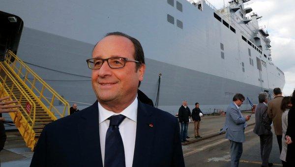 Президент Франции Франсуа Олланд во время посещения верфи в Сен-Назере